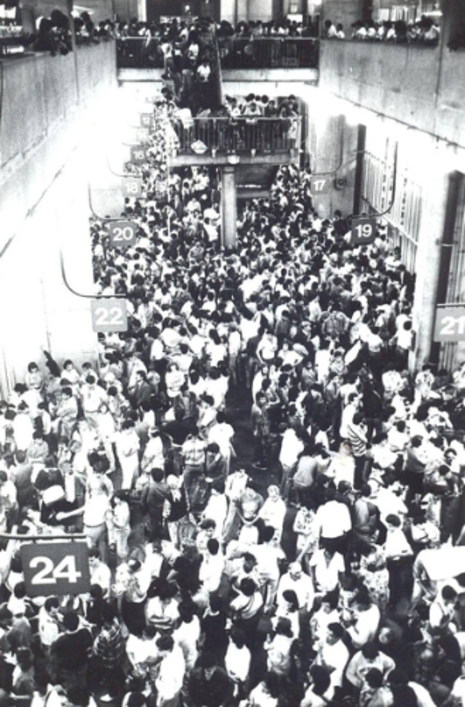 Black and white photo, from the top of one of the platforms of the Bus Terminal, crowded by thousands of people.