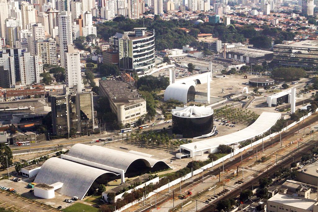 Niemeyer projetou seus seis edifícios espalhados por duas praças unidas por uma passarela.  Foto: Caio Pimenta/SPTuris.