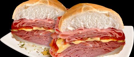 Foto em close up de um sanduíche dividido em duas partes, com uma grossa camada de fatias de mortadela com queijo e catchup.